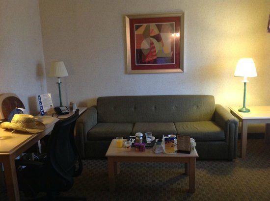 Best Western Innsuites Tucson Foothills Hotel & Suites: Living room of 159, Couch OK to sit on but not sleep