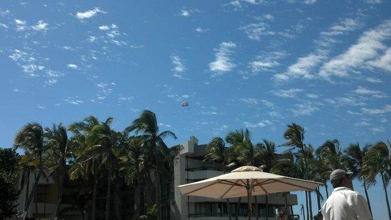 El Cid El Moro Beach Hotel:                   Para Sailing. But not me.