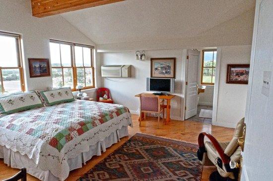 Torrey Schoolhouse Bed & Breakfast Inn: Fremont Room, private bath, TV, great views