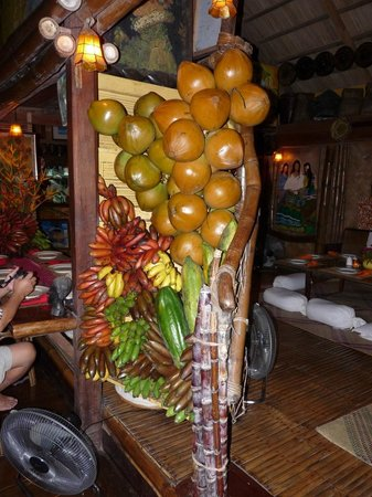 Kalui Restaurant: one of the pillar decorated with coconuts & bananas