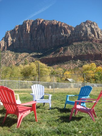 Bumbleberry Inn: Enjoy sitting on the lawn area and watching the sunrise on the Watchman