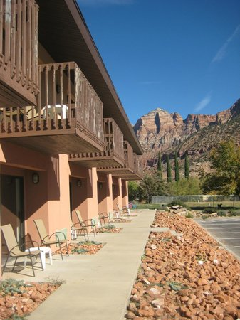 Bumbleberry Inn: Private Patio or Balcony with stunning views of Zion Mountains