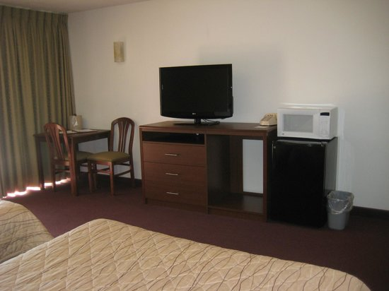 Bumbleberry Inn: Each room has a flat screen TV, Fridge, Microwave and Coffee Brewer