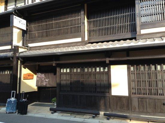 Kyomachiya Ryokan Sakura Honganji:                   Entrance, you can miss it.                 