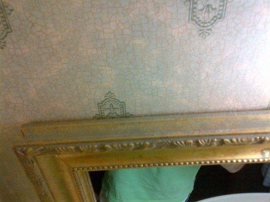 Embassy Suites by Hilton Destin - Miramar Beach:                   Dust buildup on mirror