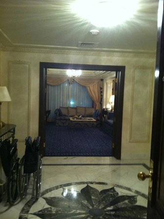 InterContinental Dar Al Tawhid: The corridor and sitting area