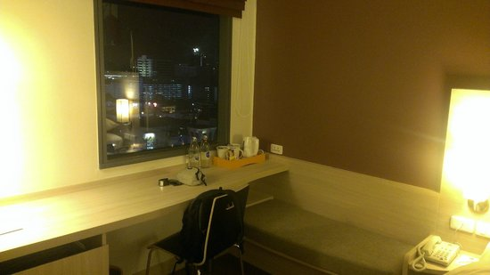ibis Bangkok Siam Hotel: Table and view