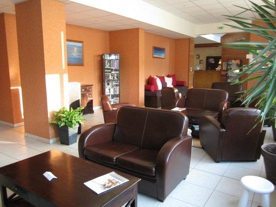 Lagrange Confort+ Residence les Roches Douvres : le salon de la reception