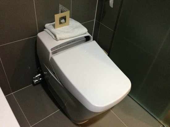 Aventree Hotel Jongno:                   Toilet with automatic bidet