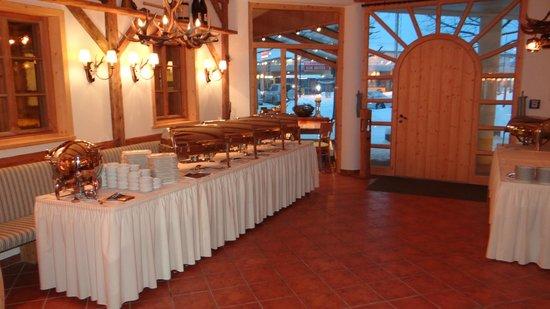 KITZO Alpenstueberl:                   Jagtsube- vorderer Bereich mit separatem Eingang und Durchgang zur Gaststätte