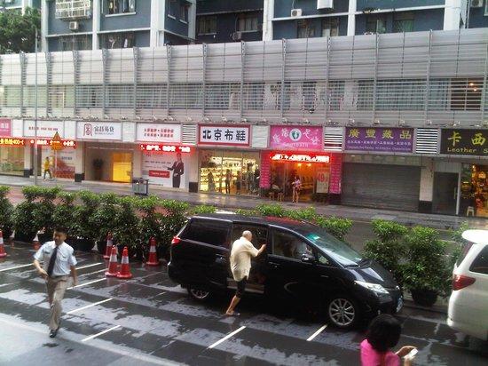 โรงแรมเซ็นจูรี่ พลาซ่า:                   depan hotel
