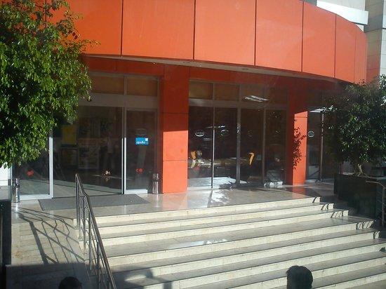 Okan Tower Apart Hotel :                   Hovedinngangen til hotellet
