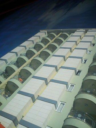 Okan Tower Apart Hotel :                   Hotellet sett fra inngangen