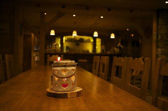 Chalet Sous le Jora : Salle à manger / Bar / Lounge