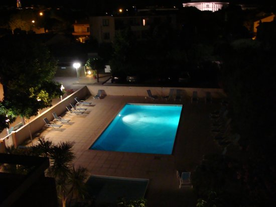 Residence Les Campanettes:                   swiiming pool at evening