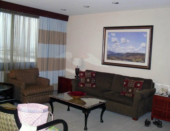 Doubletree by Hilton Anaheim - Orange County:                   Suite Living Room