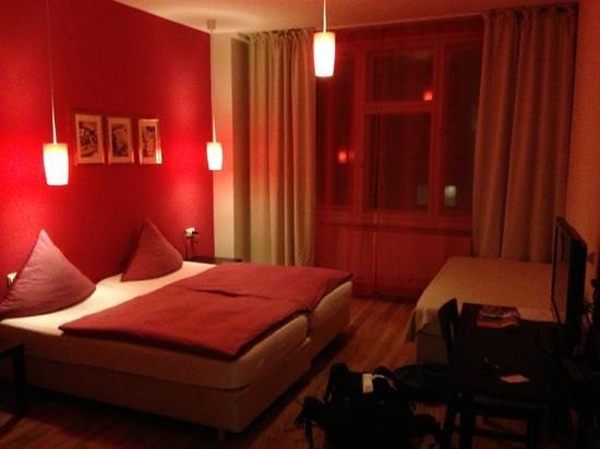 Hotel PurPur:                   chambre. derrière se situe la cuisine et la salle de bain.