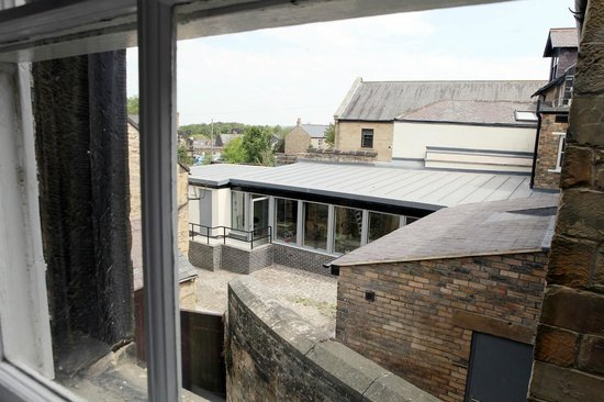Alnwick Youth Hostel: Overlooking the courtyard and dining room extension