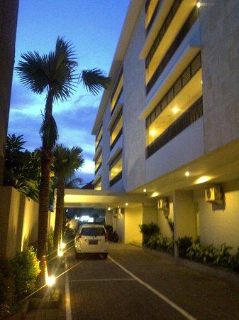 Crystal Kuta Hotel:                   samping hotel area parkir