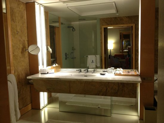 The Ritz-Carlton, Millenia Singapore:                   Bathroom