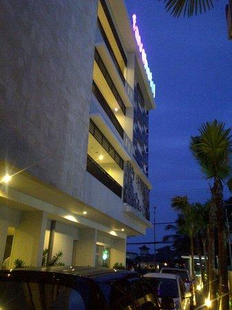 Crystal Kuta Hotel:                   sisi samping hotel