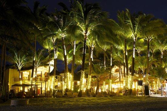 Ambassador in Paradise Resort:                   ночной вид ресторана и отеля