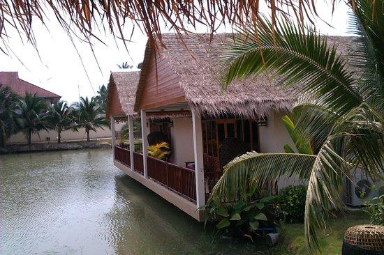 ใจดี รีสอร์ท:                   Large hut by the lake