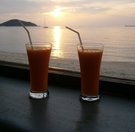 Lipa Lodge Beach Resort :                   drinks by the beach