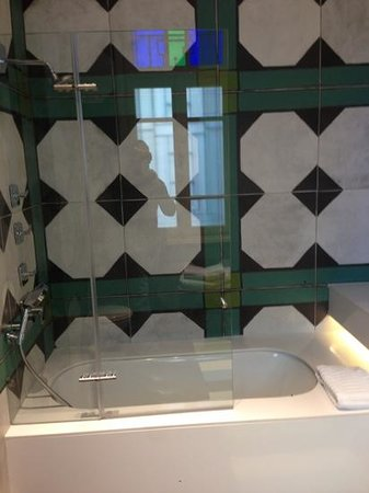 Alma Hotel & Lounge:                   Bathroom