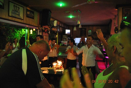 Kasif restaurant:                   Fest hos Kasif ja selv tjenerne bliver fejret :-)