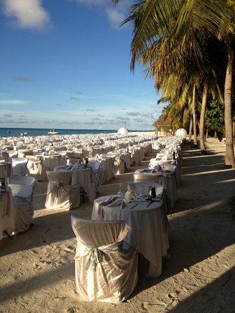 Club Med Kani:                                     soirée blanche sur la plage