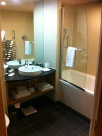 Holiday Inn Salisbury Stonehenge:                   Executive Room Bathroom