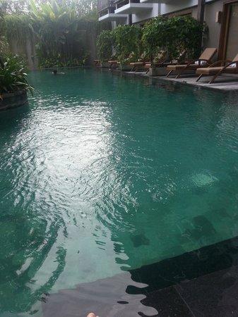 The Oasis Lagoon Sanur:                   zo het zwembad in