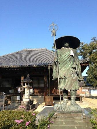 Motoyamaji temple :                   本堂と大師像