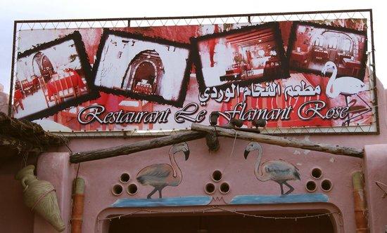 Le Flamant Rose:                   Le fronton du restaurant au-dessus de la porte d'entrée