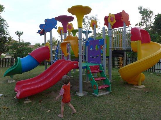 Lanta Resort:                   Spielplatz tagsüber in der prallen Sonne