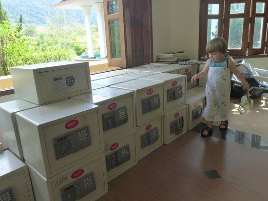 Lanta Resort:                   Dutzende der nicht funktionierenden Safes