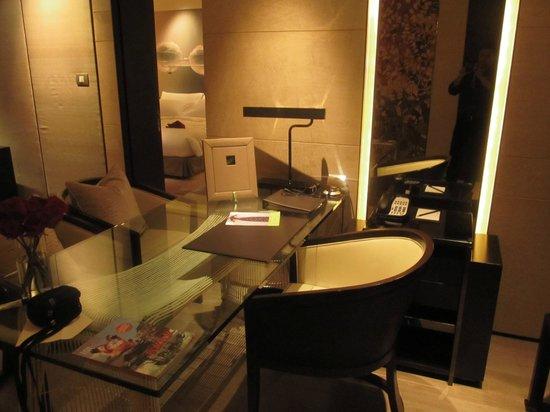 Siam Kempinski Hotel Bangkok:                   Compact workstation