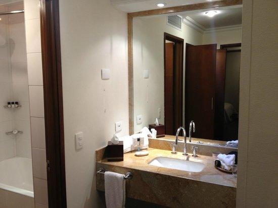Embassy Suites by Hilton Bogota-Rosales:                   Lavabo ausserhalb des Bades