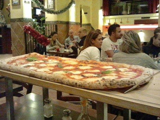 Pizza Metro Pizza:                   pizza a metro servita al tavolo