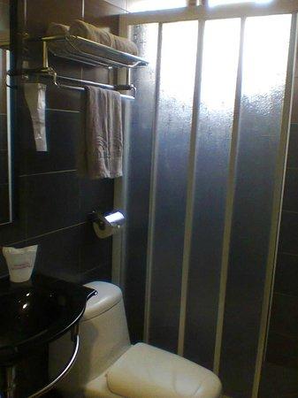 Sunshine Inn :                   Clean bathroom