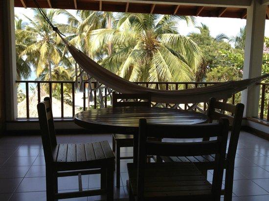 Irotama Resort: Balkon mit Tisch und Hängematte