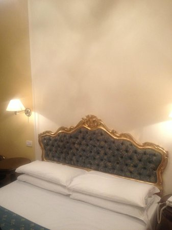 Locanda Sant'Agostin:                   Nice looking bed