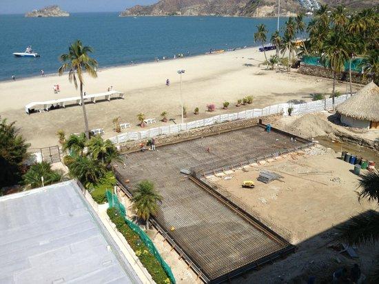 Hotel Tamaca Beach Resort: Strand und Baustelle des Pools