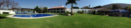 Hotel Iguanas: Jardín y Alberca