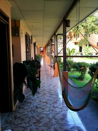 Hotel La Amistad: Covered Walk Way
