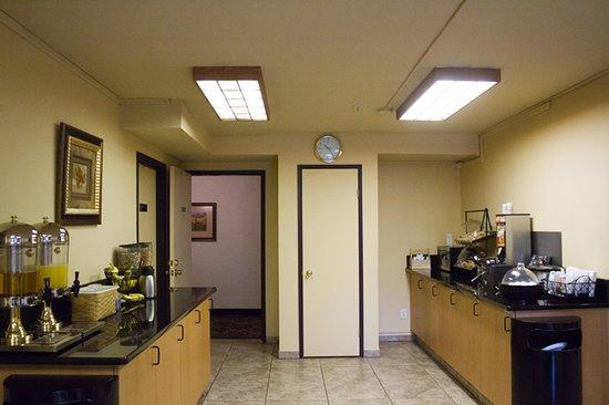 GuestHouse Vineyard Inn McMinnville: Breakfast Room