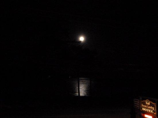 هيرونز لاندينج هوتل:                   full moon - picture from balcony                 