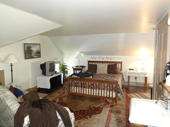 Stagecoach Inn Bed and Breakfast:                   The whirlpool suite
