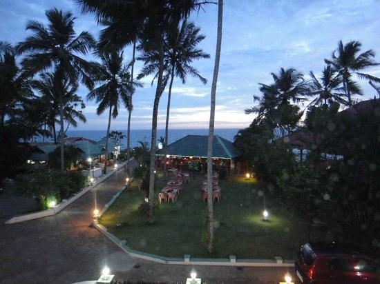 Green Palace:                   Blick vom Balkon aus Richtung Restaurant ABBA und zum indischen Ozean